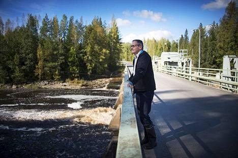 Pomarkun kunnanjohtaja Eero Mattsson toivoo, että alempana vesistön varressa oleva leirikeskus saataisiin myytyä.