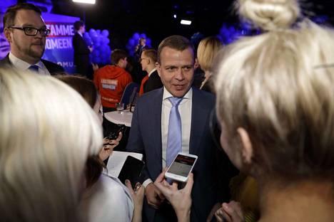 Petteri Orpon kommentit olivat haluttuja kokoomuksen vaalivalvojaisissa.