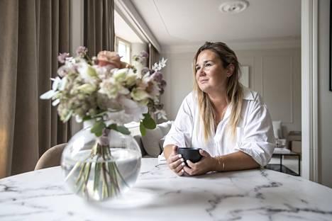 Oman yrityksen hiljattain perustanut Maria Hiltunen työskentelee pääasiassa kotoa. Hän toteaa, että aamulla on kiva herätä kauniiseen kotitoimistoon. Keittiön pöytää koristaa lähes aina Hiltusen lempikukkakaupasta Kukkaikkunasta haettu kimppu.