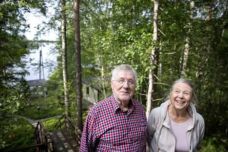 Timo ja Kerttu Väisänen rakensivat huvilansa Isojärven rantaan rinnetontille, joka ihastutti heti ensinäkemällä. Tontille on vuosien mittaan noussut päärakennuksen lisäksi muun muassa vierasaittoja.