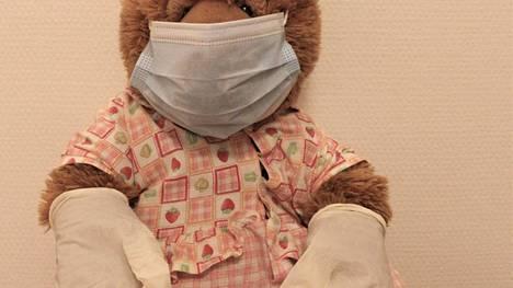 Koronalta kannattaa yhä suojautua. Turvavälit, käsihyginia ja maskien käyttö estävät tartuntoja.