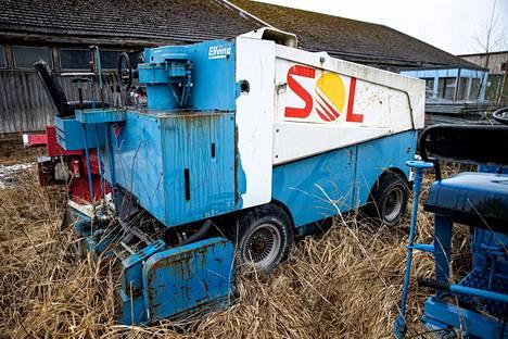 Vanhoja Hakametsän jäähallin jäänhoitokoneita säilytetään Nekalan varikolla.
