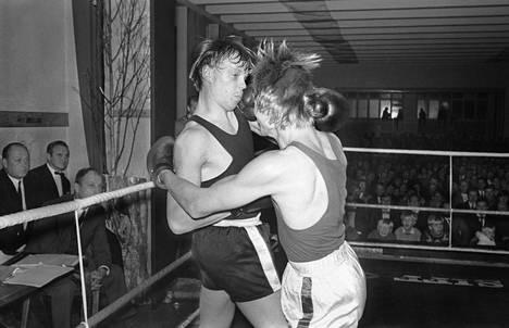 """Vesa-Matti Loiri hävisi uusintaottelussa 5. joulukuuta 1969 Juha Kivirannalle 2–1. HS:n arvion mukaan Kiviranta oli näyttänyt """"huomattavasti hakatummalta"""" kuin Loiri. Loiri voitti ensimmäisen ottelun."""
