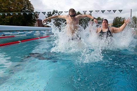 Aarni Koponen (vas.) ja Kristiina Leander käyvät uimassa myös uimarannoilla. Tampereen maauimalassa he olivat ensimmäistä kertaa.