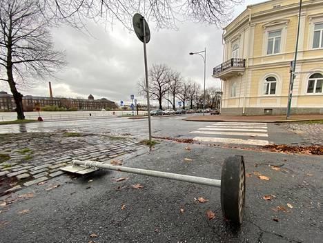 Puuskainen tuuli kaatoi liikennemerkin Porin keskustassa torstaina.