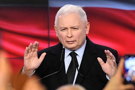 Laki ja oikeus -puolueen johtaja Jaroslaw Kaczynski julistautui vaalivoittajaksi myöhään sunnuntaina Varsovassa.