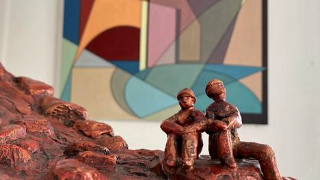 """Vammalan seudun taideyhdistys juhlistaa 60 vuottaan järjestämällä vuosinäyttelynsä poikkeuksellisesti virtuaalisena koronan takia. Eero Mäkisen kipsityö on Ylös lähdekalliolle ja taustalla näkyy Heikki Mäkisen öljymaalaus nimeltä """"värisymbioosi""""."""
