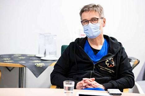 Pirkanmaan koronanyrkki kokoontuu jälleen tiistaina. Asiantuntijana paikalla on muun muassa infektioyksikön apulaisylilääkäri Janne Laine. Laine kuvattiin nyrkin infotilaisuudessa viime maaliskuussa.