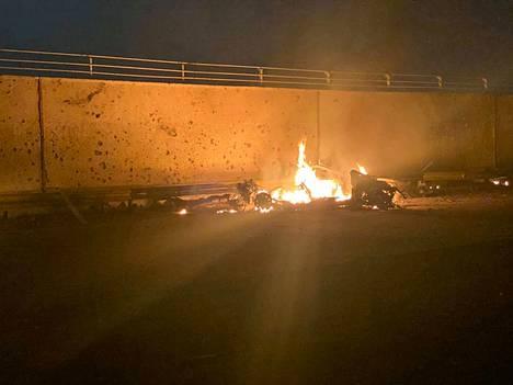 Irakin armeijan kuvassa näkyy Bagdadin lentoasemalla Yhdysvaltojen iskun seurauksena palavan auton jäänteet.