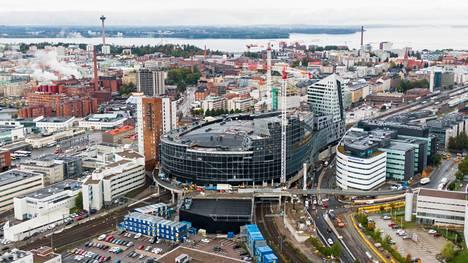 Tampereen Uros-areenan pääsponsorin ympärillä kuohuu. Uros-yhtiön toimitusjohtaja joutui irtisanotuksi vain kolme kuukautta ennen areenan avajaisia.