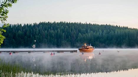 Juhannusyön herkkää tunnelmaa Pohjaslahdella Vilppulan Veneilijöiden laiturissa.