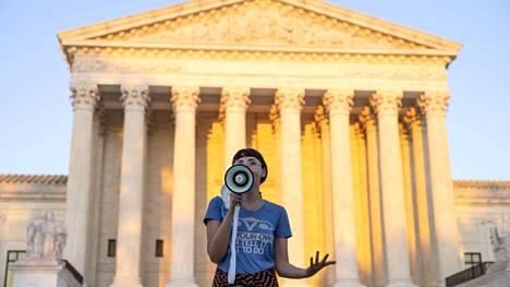 Mielenosoittaja vastusti Texasin aborttilakia Yhdysvaltain korkeimman oikeuden edustalla torstaina.