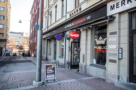 Public Cornerin tila on hyvin keskeisellä paikalla Tampereen Keskustorin kupeessa. Nyt  sen konsepti muuttuu kokonaan. Ravintola edusta kuvatiin tammikuussa 2020.