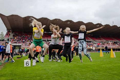 Vuoreksen koulun Sanni Sievi (vas.), Ida Kyllönen, Emmi Lindholm ja Hilla Suominen nauttivat juoksemisesta Kouluviestikarnevaaleilla.