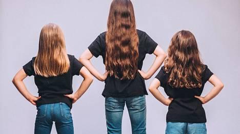 Kolme tyttöä vuorottelee Matilda-musikaalin nimiroolissa. Keitä he ovat, selviää maanantaina.