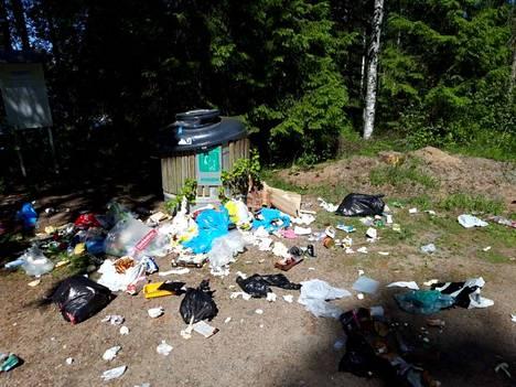 Pentti Paananen lähetti KMV-lehdelle kuva Juurakontien jätepisteen tilasta.