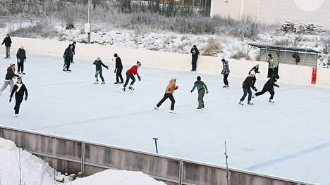 Enää ei odotella pakkasia. Vielä vuonna 2010 merikarvialaiset luistelivat ulkojäillä. Jäähallin valmistuttua jääurheilu nousi kunnassa uuteen kiitoon.