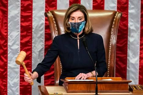 Metallinpaljastimista kieltäytyvät Yhdysvaltain edustajainhuoneen jäsenet joutuvat jatkossa maksamaan sakkoja, sanoo edustajainhuoneen puheenjohtaja Nancy Pelosi.