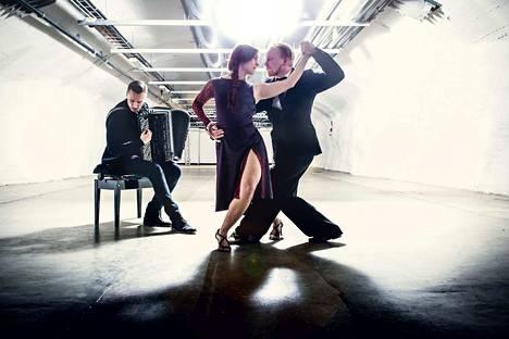 Último-tanssiteos kuvaa ihmisen viimeisiä hetkiä, liikkeitä ja tunteita. Helsinkiläisryhmän juuret ovat pohjoisessa. Marjo Kiukaanniemi on Oulusta, Timo Hakkarainen Kainuusta ja Harri Kuusijärvi Lapin Pellosta.