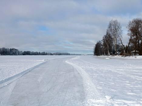 Kokemäenjoen jäälle on Harjavallassa ajettu sekä kaksi retkiluistelureittiä että kaksi hiihtolatua.