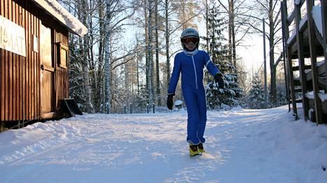 Mäkikotka valmiina hyppyyn. Tuukka Siiskonen harjoitteli mäkihyppyä lauantaina Eerolan hyppytorneilla.
