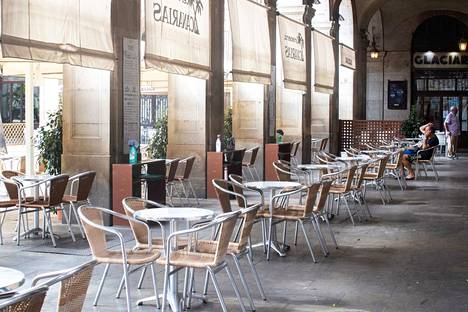 Barcelonalaisterassi huutaa tyhjyyttään. Yleensä heinäkuun lopussa eletään vuoden kiireisintä turistisesonkia.
