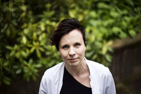 Toimialuejohtaja Sally Järvelä muistuttaa, että helteellä on syytä juoda esimerkiksi suoloja sisältävää kivennäisvettä, jotta elimistö saa takaisin menettämiään suoloja.
