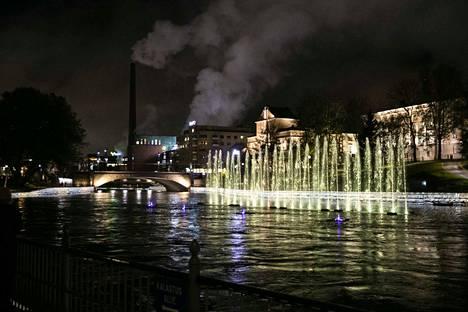 Tanssivat vedet -teosta testattiin torstai-iltana Tammerkoskessa. Varsinainen show alkaa perjantaina.