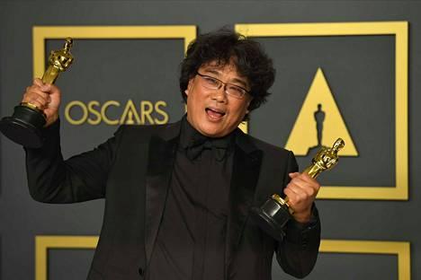 Parasiten ohjaaja Bong Joon-ho tuuletti Oscar-palkintogaalan lehdistötilaisuudessa.