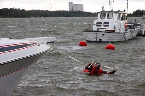 Arkistokuva. Raumalla palomies Topias Mustajärvi joutui viime vuoden lokakuussa  pulahtamaan mereen vahvistamaan moottoriveneen keulakiinnitystä. Tuolloin lounaistuuli puhalsi 22 metriä sekunnissa.