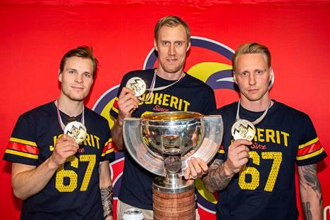 MM-kultaa Bratislavassa viime keväänä voittaneen Suomen joukkueen kapteenit Mikko Lehtonen (A), Marko Anttila (C) ja Veli-Matti Savinainen (A) pelaavat tällä kaudella Jokereissa.