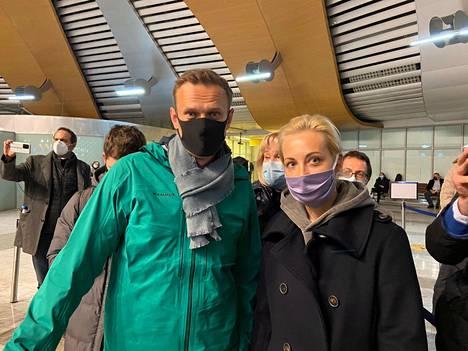 Aleksei Navalnyin lehdistösihteeri Kira Jarmysh lähetti Twitteriin kuvan oppositiojohtajasta ja hänen vaimostaan Juliasta ennen passintarkastusta Moskovan Sheremetjevon kansainvälisellä lentokentällä 17. tammikuuta.