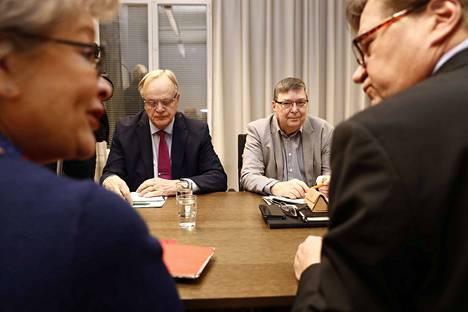 Ann Selin (vas.), Lauri Ihalainen, Jukka Ahtela ja Lasse Laatunen aloittivat perjantaiaamuna vaikean urakkansa.