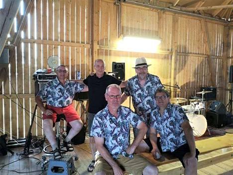 Jyri Lähteenlahden yhtyeellä on omat faninsa, ja Ari Virta (mustassa paidassa keskellä) on yksi heistä. Yhtyeessä soittavat Pasi Lähteenlahti ja Juha Siirto sekä edessä istuvat Jorma Lamminen ja Jyri Lähteenlahti.