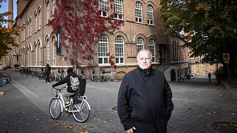 Tampereen talousjohtaja Jukka Männikkö ja Frenckellin tehdaskiinteistö, jonka kaupunki päätti viime keväänä myydä 14,3 miljoonalla eurolla. Myynnistä on sittemmin valitettu hallinto-oikeuteen.
