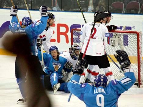Tästä se alkoi. Lordin voiton inspiroimat suomalaispelaajat ovat upottaneet kiekon ensimmäisen kerran Kanadan verkkoon. Maalintekijä Tomi Kallio (keskellä) tuulettaa pronssin kiilto silmissä.
