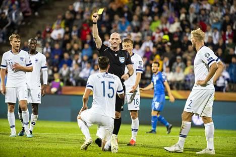 Päätuomari Bobby Madden rankaisi Sauli Väisästä siitä, että tällä on kaksi kättä. Italia teki voittomaalin tuomiota seuranneesta rankkarista.