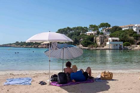 Minorcan saaren Cala Santandrian rannalla on poikkeuksellisen rauhallista. Lähes 40 asteen paahteessa viikonloppua on hyvä viettää meren äärellä.