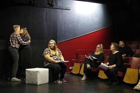 Contakti-teatterilla pyyhkii hyvin. Ensi-iltoja teatteri saa urakoida vuodessa melkoisesti, koska tilavuokra omasta näyttämöstä on kova. Ilonen talo -näytelmän harjoituksissa lavalla Juho Heljala (Kerkko), Saara Salmi (Birge) ja Noora Lndholm (Ruut), katsomossa Kati Pipinen (äiti), ohjaaja Anne Rinnetmäki ja Hilkka Salakari (Vuokko).