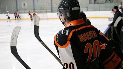 Kahden jääkiekkojoukkueen sijaan Jämsänkosken Ilves keskittyy nyt rakentamaan yhtä vahvaa kolmosdivisioonan joukkuetta.