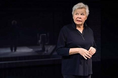 Hauskuus on kovaa työtä, toteaa Ulla Tapaninen. Hän esiintyy Kulttuuritehdas Kehräämöllä Lava-ammuntaa-esityksensä kera.