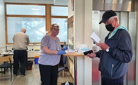 Äänioikeutetuista 35,2 prosenttia kävi Pirkanmaalla äänestämässä ennakkoon. Kuva on otettu Valkeakosken kaupungintalolla 26. toukokuuta, jolloin ennakkoäänestys alkoi. Vaalitoimitsija Riitta Ronkainen ojensi äänestyslipukkeen Tapio Tuomiselle.