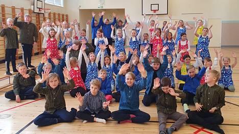 Äideistä parhaimman esittävät Kankaantaan koulun 3C- ja 4C-luokkalaiset.