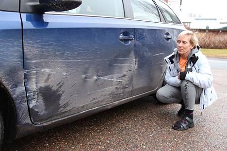 Kankaanpään torin kivitolpat tekivät pahaa jälkeä Päivi Heinosen autoon.