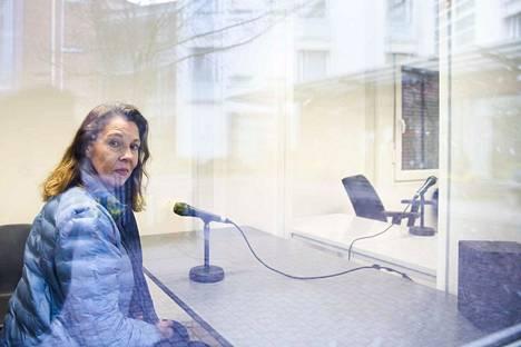 """Palvelukoti Wilhelmiinan toimitusjohtaja Minna Saranpää testasi """"tapaamistupaa"""" keskiviikkona. Vastaavaa tapaamistilaa harkitaan useissa suomalaisissa hoivakodeissa."""