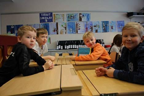 Aleksi Vallin, Daniel Määttä, Unto Heikkola ja Taavi Saarinen opettelevat englantia ensimmäiseltä luokalta asti.