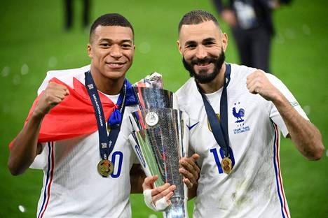 Ranskan hyökkääjät Kylian Mbappe (vas.) ja Karim Benzema juhlivat Kansojen liigan voittoa San Sirolla Milanossa. Ranska voitti liigan finaalissa Espanjan.