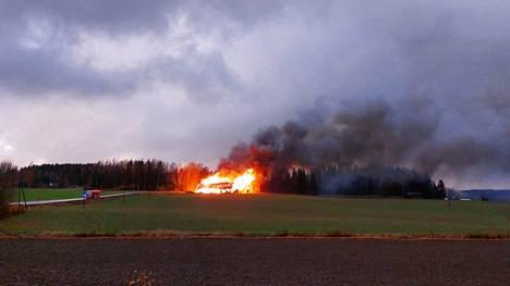 Tulipalo näkyi kauas Sastamalassa perjantai-iltana 15. lokakuuta.