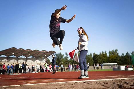 Samuel Jussila Porin Ruosniemen koulusta ponnisti pisimmällä hypyllään tuloksen 4,54 metriä. Hän sijoittui pituushyppykisassa omassa sarjassaan kolmanneksi.