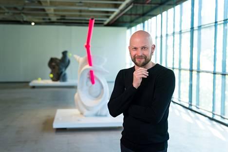 Kuvanveistäjä Aaron Heino yllättää omaperäisillä aiheiden, materiaalien ja muotojen yhdistelmillä. Hän yhdistää kuvanveiston perinteeseen aiheita esimerkiksi populaarikulttuurista. Hänen veistoksissaan voi nähdä viitteitä eliömaailmaan, luontoon, seksileluihin ja satuihin.